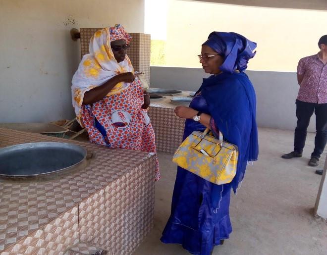 Visite guidé d'un foyer amélioré par la ministre de l'artisanat et du tourisme, Nina Wallet INTALOU