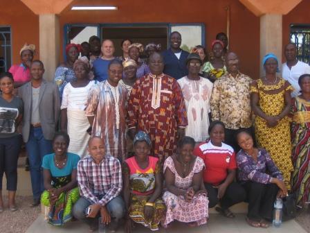 Les membres du comité de pilotage à la rencontre des femmes productrices de beuurre de karité bio et équitable à Reo (Burkina Faso)