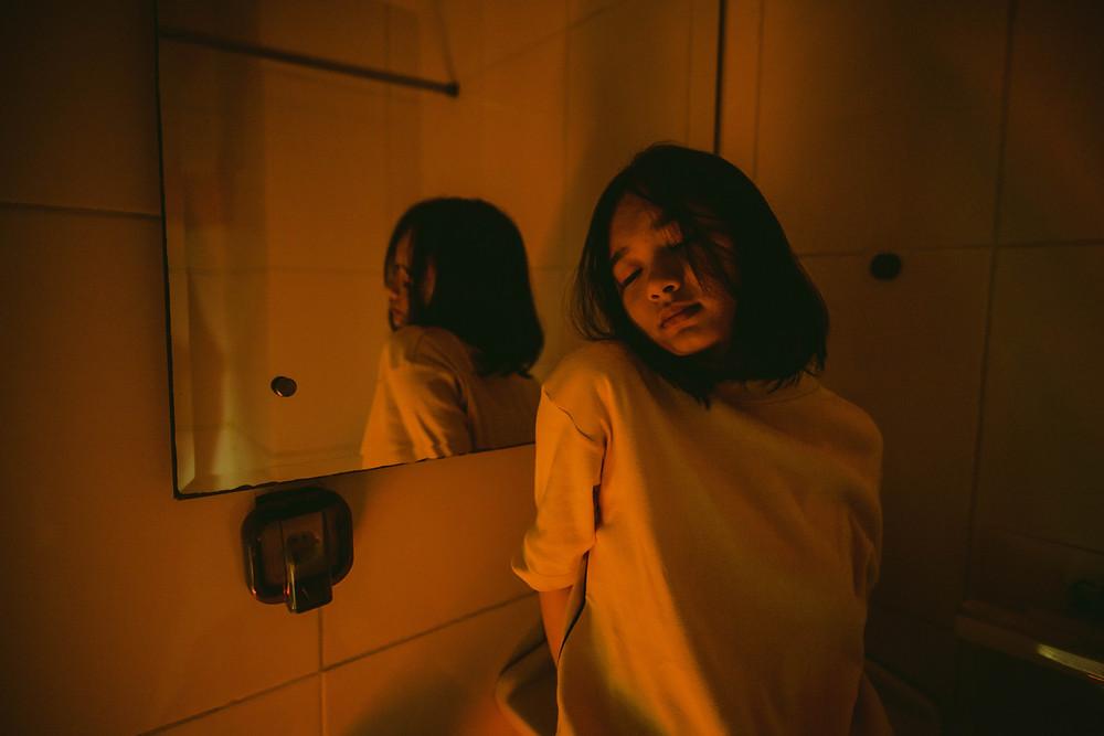 ragazza specchio bagno stanza