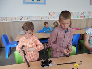 3de leerjaar knutselt met 4 jarige kleuters