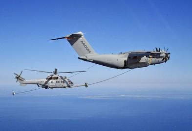 เครื่องบินขนส่ง Airbus A-400M ประสบความสำเร็จในการเติมน้ำมันทางอากาศให้เฮลิคอปเตอร์เป็นครั้งแรก