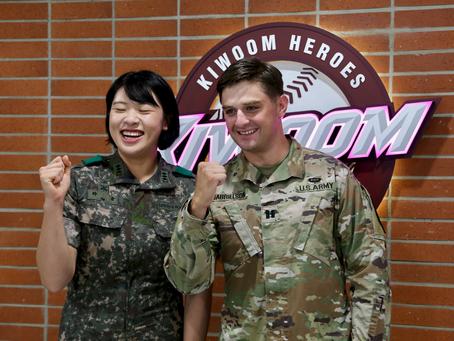 ความรักไม่มีพรมแดน คู่รักทหารเกาหลีใต้-อเมริกัน ได้รับเกียรติเป็นผู้เล่นกิตติมศักดิ์ขว้างบอลลูกแรกเป