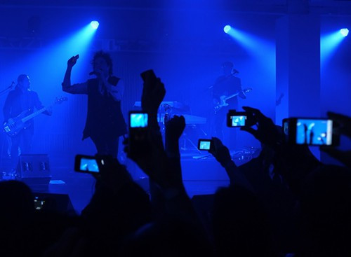 Can musicians get fans to put down their cameras?
