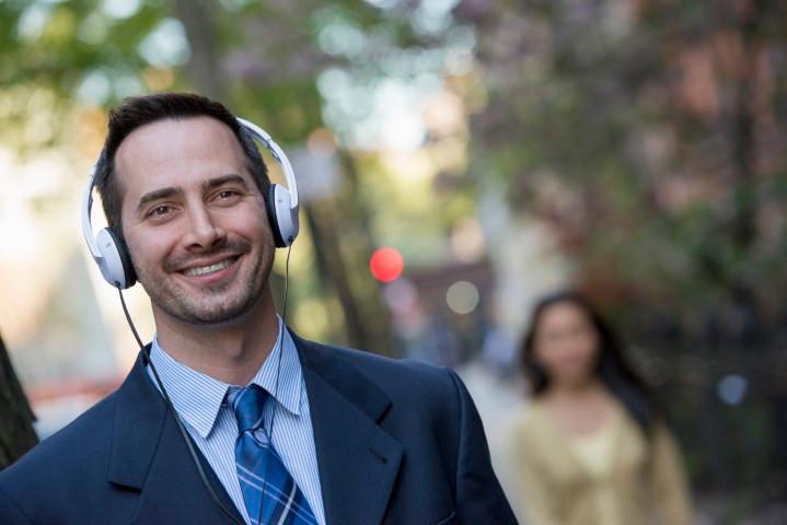 Homme avec casque audio