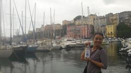 Fanny à Bastia, une bouteille d'eau d'Orezza à la main!