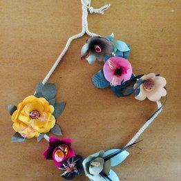 La suspension de fleurs en papier