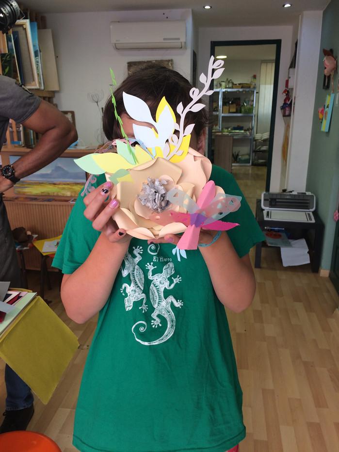 Nina, sa fleur et son petit insecte imaginaire...