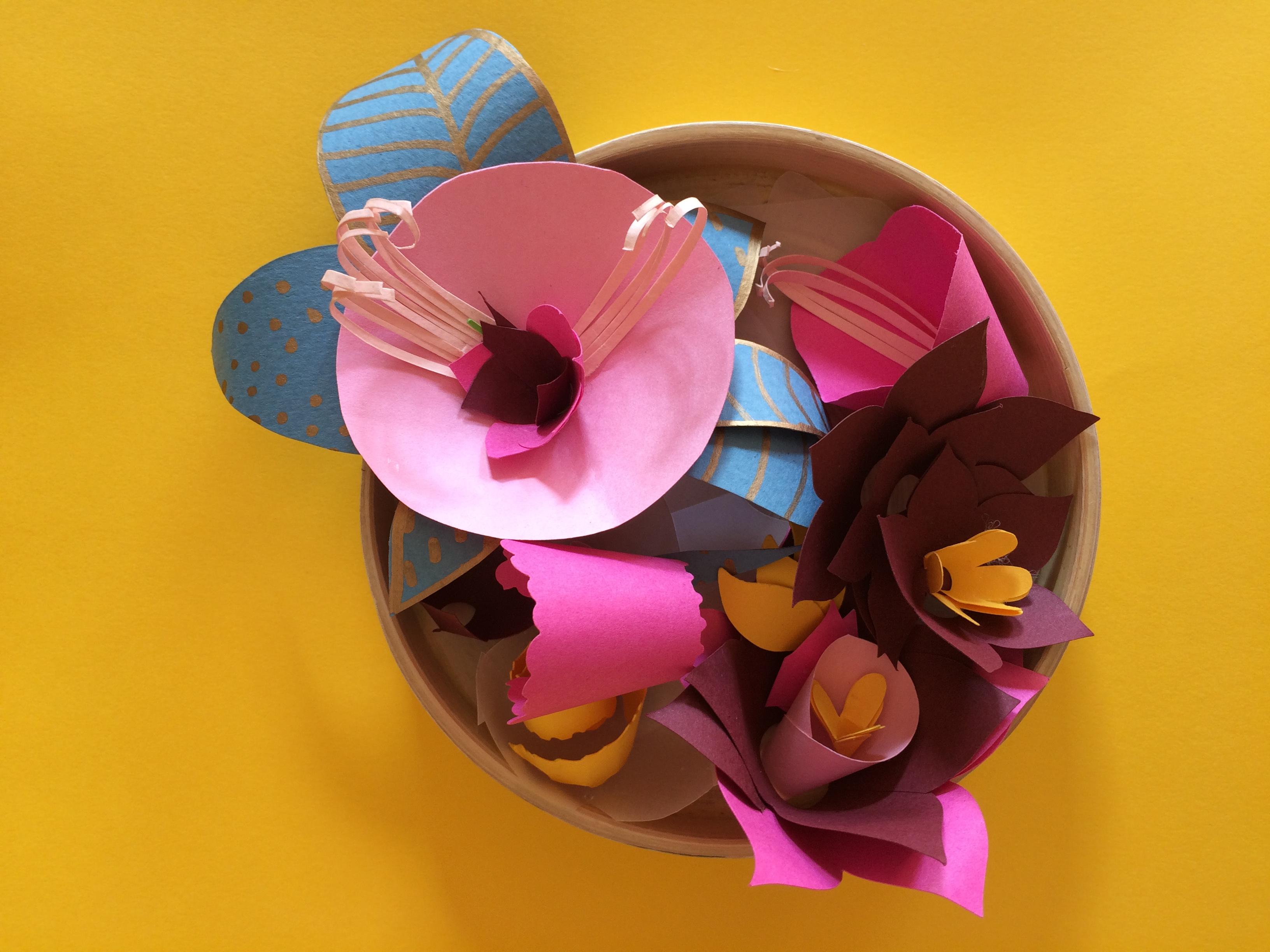 Création d'une mini panière avec des fleurs en papier.