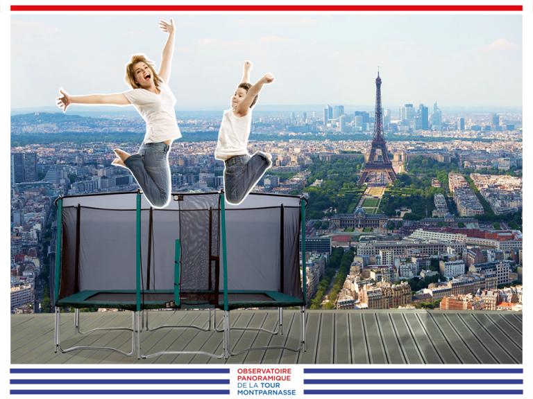 Deux personnes sautent sur un trampoline, avec vue sur la Tour Eiffel