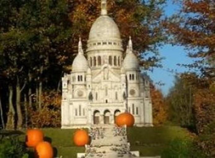 Basilique du Sacré-Cœur entourée de citrouilles