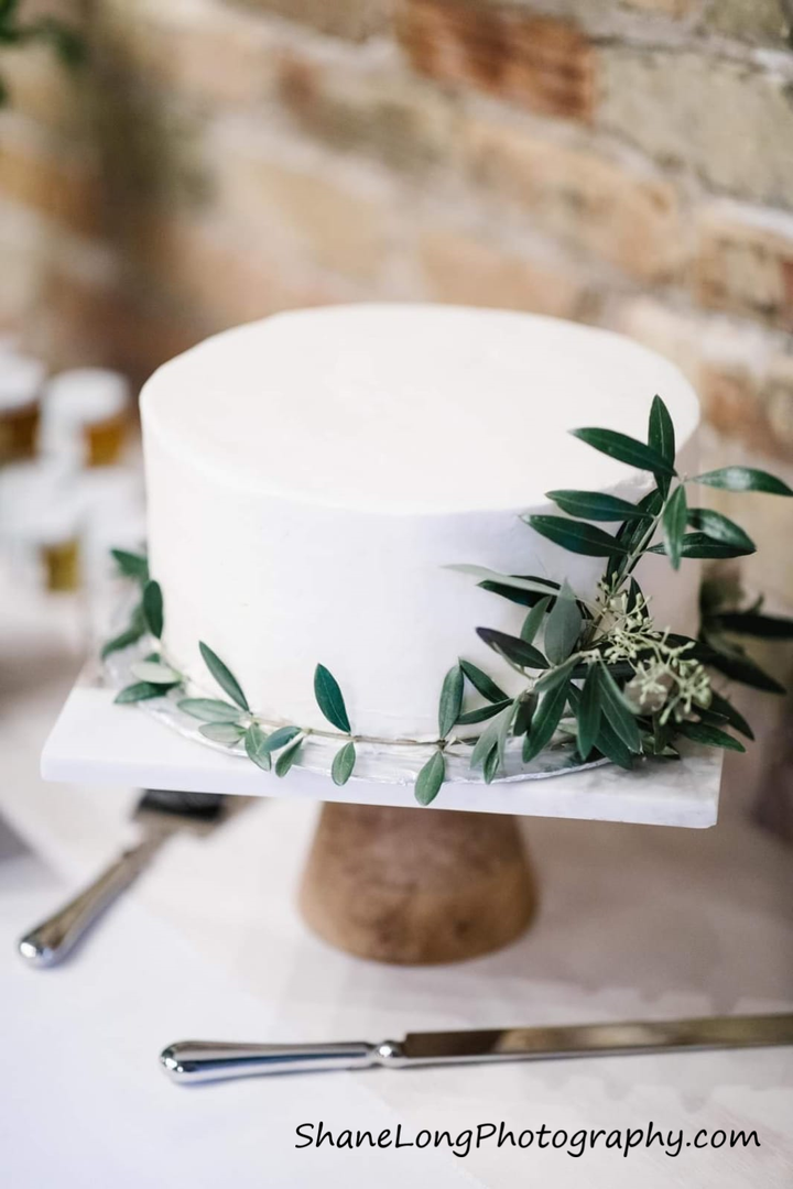 Lila Buffet Styling Wedding Cake.png