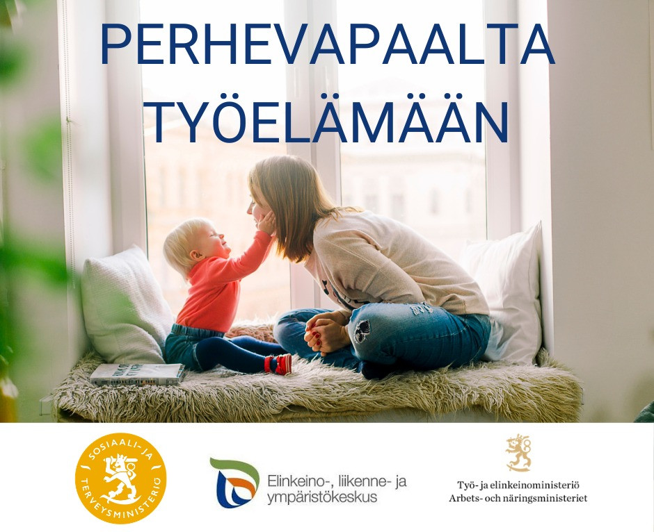 Lapsi pitämässä kiinni kumartuneen naisen poskista, ja kuvassa hankkeen nimi sekä ELY:n ja sosiaali- ja terveysministeriön sekä työ- ja elinkeinoministeriön logot.