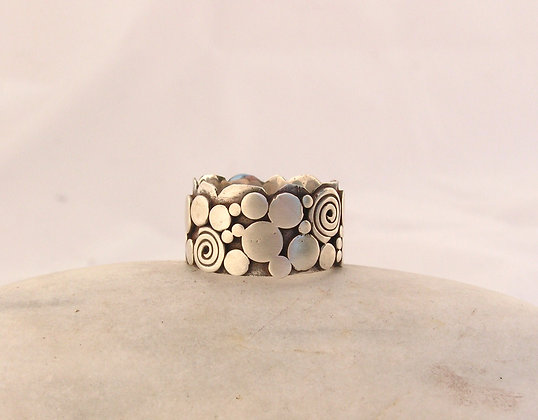 Beach stones ring with spiral
