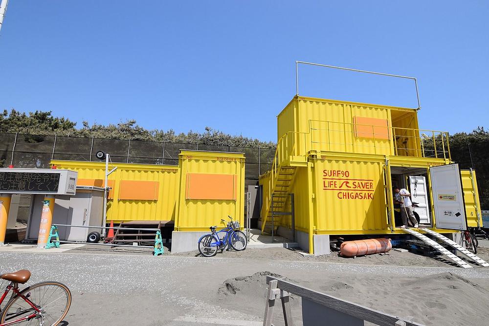 湘南茅ヶ崎にある黄色のコンテナ、ライフセーバー
