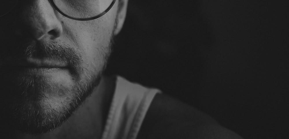 Mann nach Drogenentzug unter Narkose mit OPIOSTOP