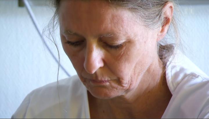 Ärztin bereitet Patienten auf den Drogenentzug unter Narkose vor.
