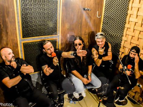 Músicos do Salário Mínimo falam sobre a enérgica trajetória da banda no Programa Live on The Rocks