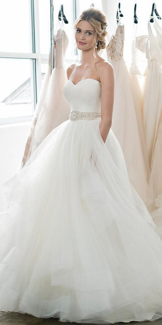 THE BEST WEDDING DRESS IDEAS FOR BRIDES WITH HIPS ANDCURVES