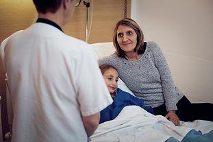 Parent_et_petit_patient_avec_medecin_Jean-Charles Dal Ben.jpg