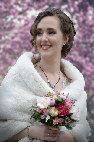 Traum Braut vor Kirschblüten
