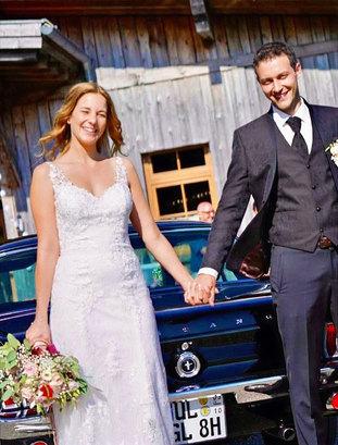 Hochzeitspaarshooting vor Hochzeitsfahrzeug