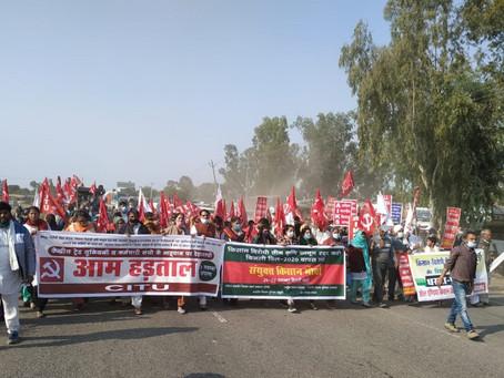 """Inde : """"producteurs, sauvons-nous nous-mêmes!"""", l'Internationale en action"""