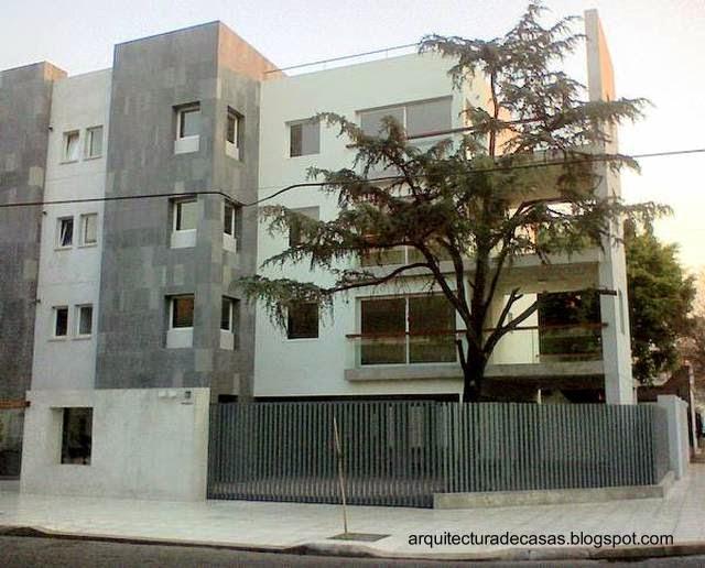 El-diseño-es-moderno-y-las-fachadas-contemporáneas-mientras-el-espacio-en-la-ochava-es-para-un-árbol