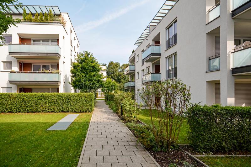 edificios-residenciales-modernos-apartamentos-en-una-nueva-vivienda-urbana-77884677