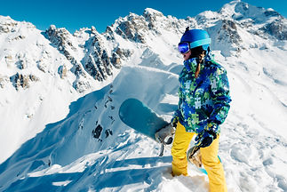 woman-is-standing-with-snowboard-on-the-