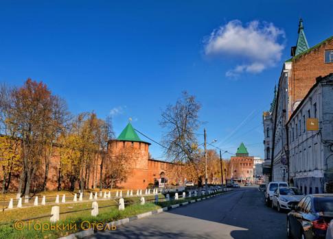 ул. Пожарского, справа вход в отель