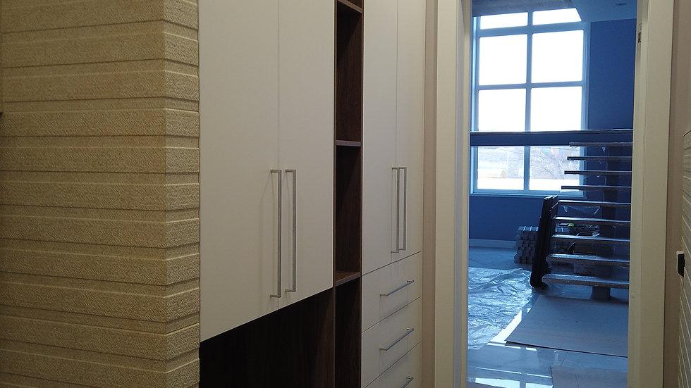 Шкаф встроенный в нишу в постирочной
