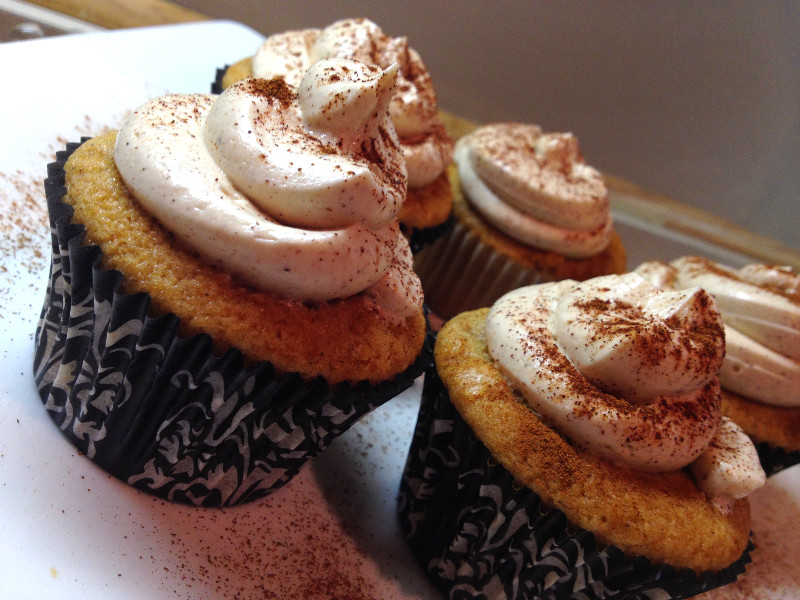 Cinnamon Roll Cupcakes, filled with Sweet Cream Cheese Vanilla, Maple filling and topped with a Cinnamon Maple Buttercream | eatlovegarlic.com @eatlovegarlic