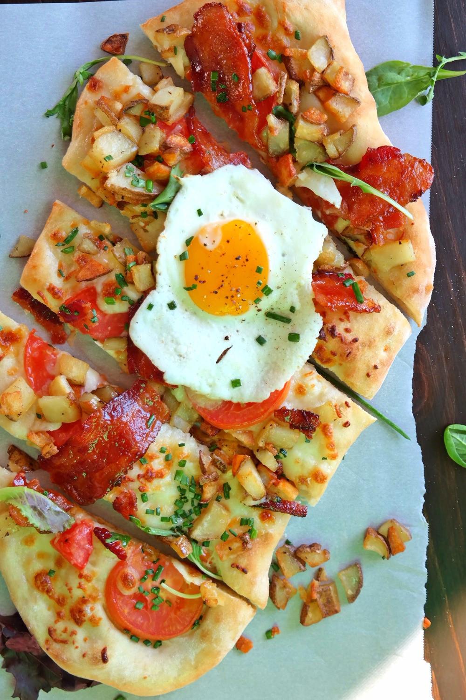 Breakfast Pizza | eatlovegarlic.com @eatlovegarlic
