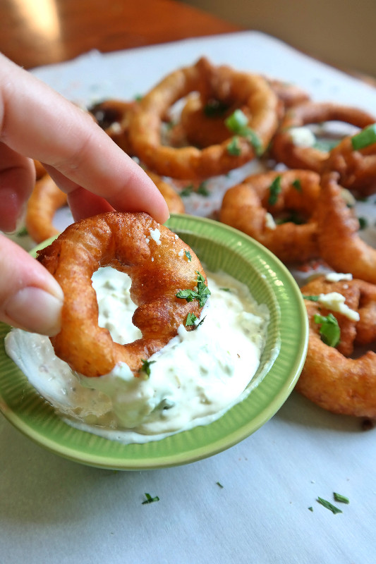 Crispy Beer Maple Onion Rings | eatlovegarlic.com @eatlovegarlic