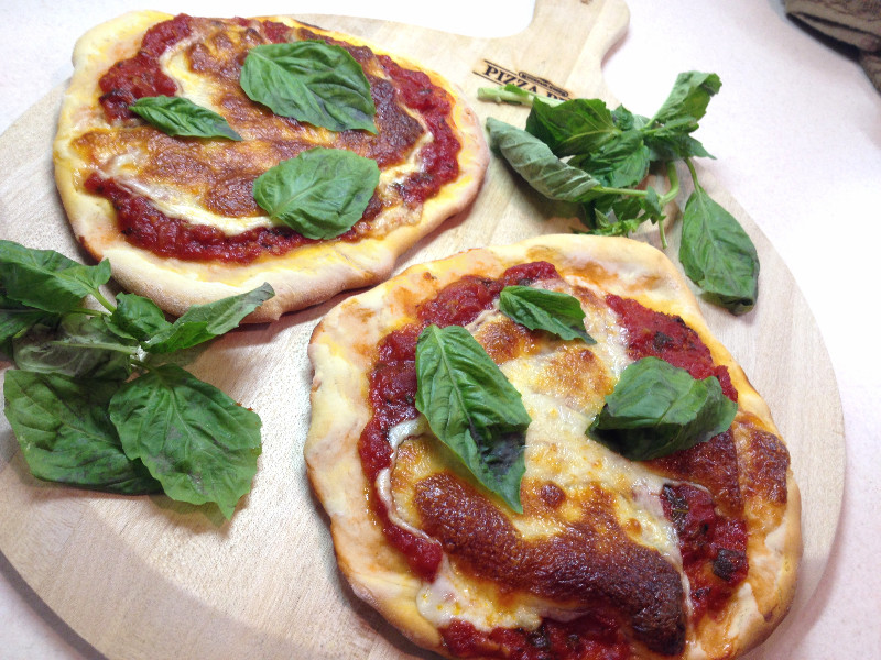 Easy Personal Pizzas, with Homemade Garlicky Pizza Sauce | eatlovegarlic.com @eatlovegarlic