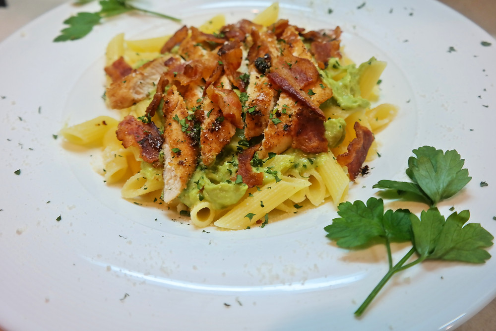 Chicken, Bacon & Avocado Pasta | eatlovegarlic.com @eatlovegarlic