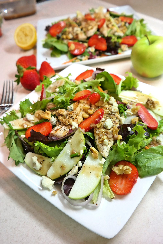 Strawberry-Apple Salad with a Lemon-Shallot Vinaigrette | eatlovegarlic.com @eatlovegarlic