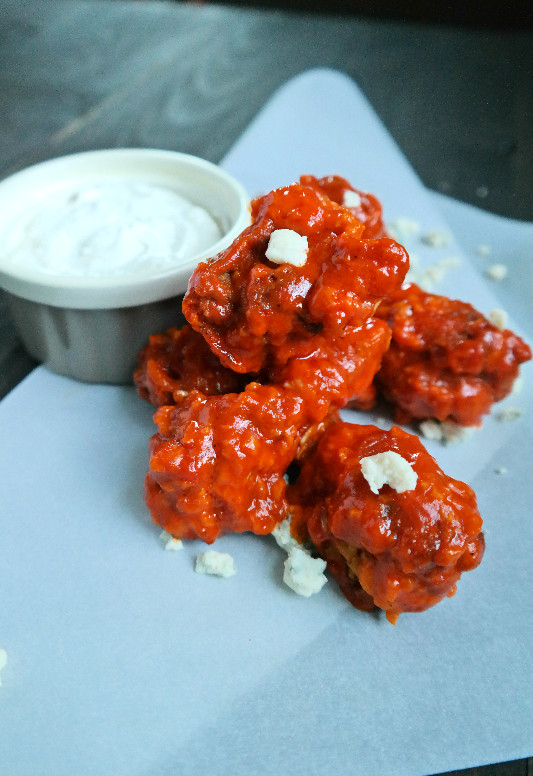 Garlic Hot Wings with Gorgonzola Garlic Dressing | eatlovegarlic.com @eatlovegarlic