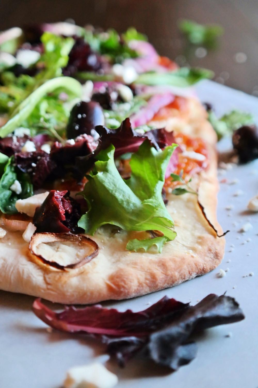 Greek Salad Pizza | eatlovegarlic.com @eatlovegarlic