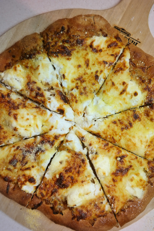 Slightly Drunken, White Pizza | eatlovegarlic.com @eatlovegarlic