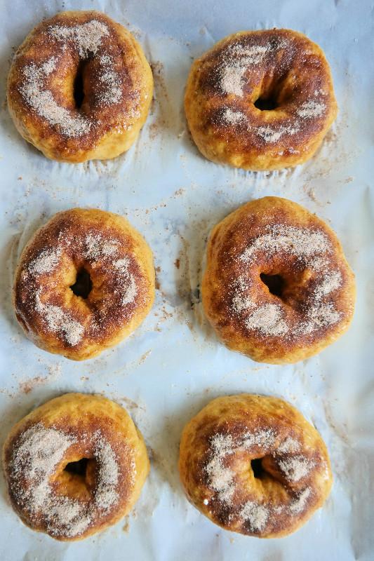 Pumpkin Crunch Bagels | eatlovegarlic.com @eatlovegarlic