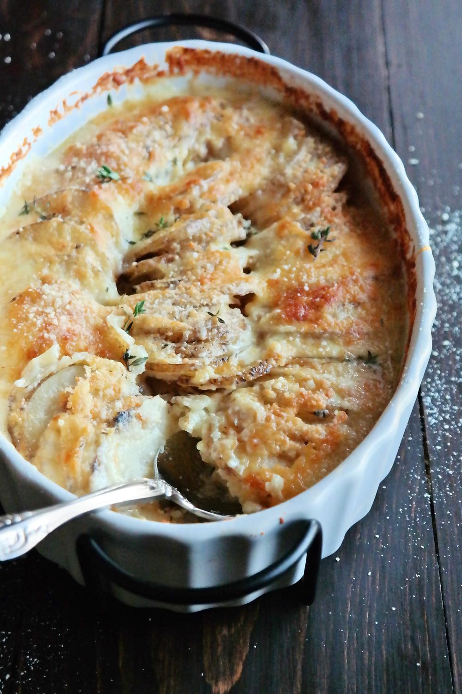 Cheesy Garlic Potatoes Au Gratin | eatlovegarlic.com
