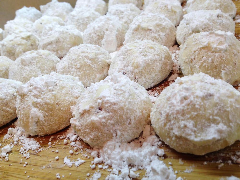 Christmas Snowball Cookies | eatlovegarlic.com @eatlovegarlic