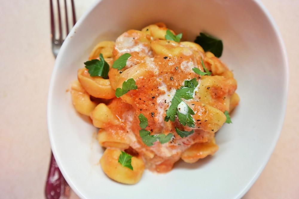 Tomato Tortellini {10 minute dish} | eatlovegarlic.com @eatlovegarlic