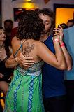 Casal dançando na Casa do SambaAqui