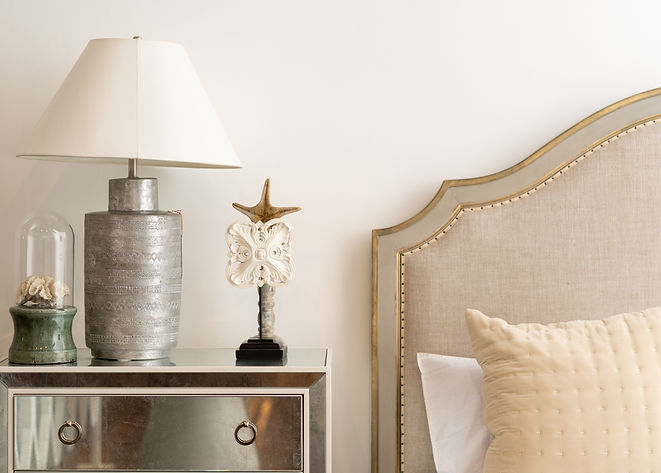 white-and-silver-table-lamp-1176516.jpg
