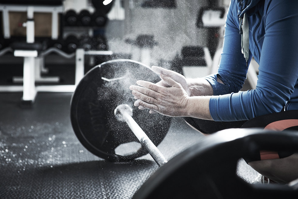 Hands with chalk before lifting heavy weights barbell, sport and fitness photography. Fotograf in Salzburg und Traunstein
