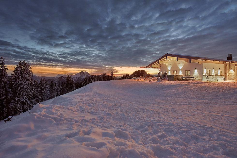 Unternbergalm Landschaftbild mit Horndlwand im Hintergrund bei Sonnenaufgang, Architekturfotografie.