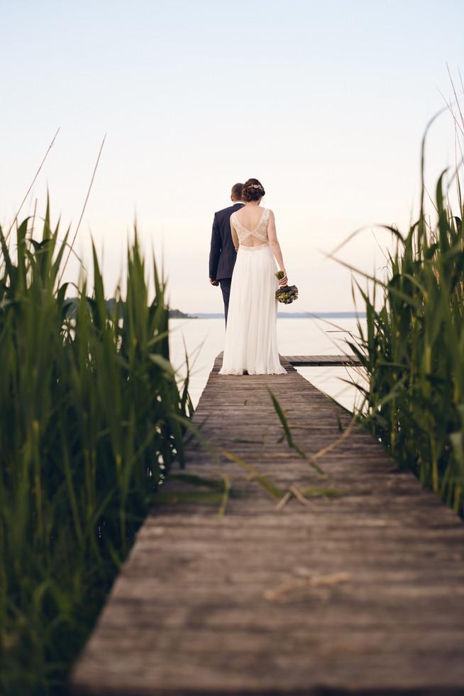 Braut und Brautigam Abendspaziergang am chiemsee, reportage fotografie von brautpaar in Prien am Chiemsee.