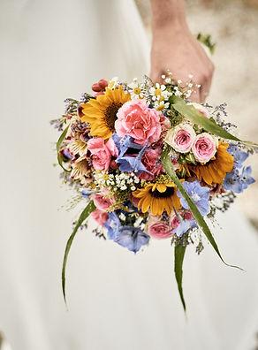 Hochzeitsreportage - Blumenstraus beim Fotoshooting